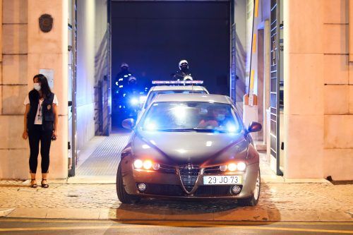 """Transporte de pessoas detidas no caso """"Cartão Vermelho"""" em Lisboa, 9/7/2021 (MANUEL DE ALMEIDA/LUSA)"""